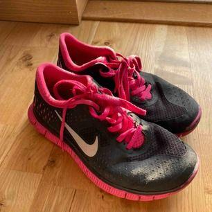 Också nästintill oanvända Nike löparskor. Skickas eller hämtas upp i Sölvesborg. Köparen står för frakten.