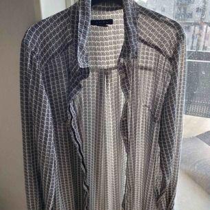 Skjorta ifrån Newyorker. Skickas eller hämtas upp i Sölvesborg. Köparen står för frakten.