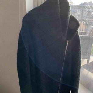 Varm och mysig svart kofta med dragkedja. Skickas eller hämtas upp i Sölvesborg. Köparen står för frakten.