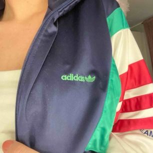 Fet adidas jacka/tränings tröja, vet inte vad det är för storlek men i oversize om man som jag i vanliga fall har s
