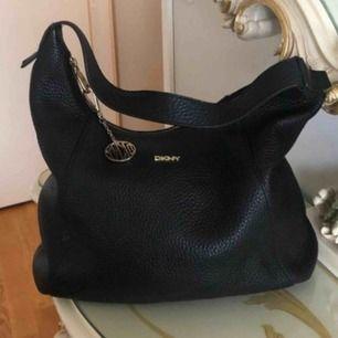 Snygg DKNY väska ej använd, väldigt mjukt och härligt läder nypris 3995kr.