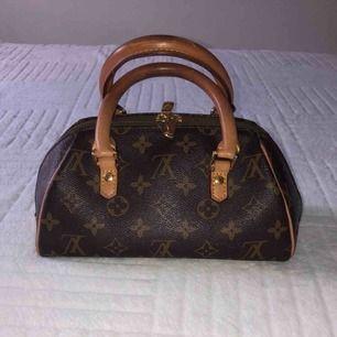 LV Vintage väska, mycket gott skick dock finns små fläckar inuti då den har används som sminkväska en liten period.