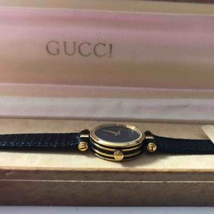 Vintage Gucci klocka, fullt fungerande med originalbox, original läderarmband, inga repor eller liknande.