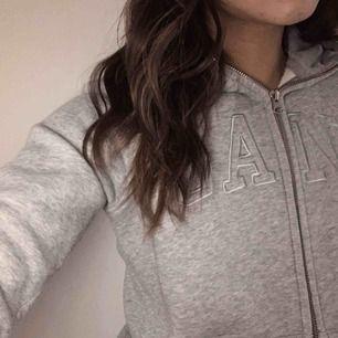 Jättemysig grå GANT hoodie i st XS, använd få gånger