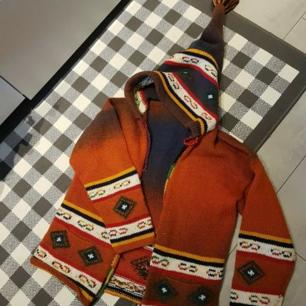 Finaste koftan från Nepal  100% Alpacka ull  Rökfritt hem tvättad i änglamark ull tvättmedel  Dragkedja framtill Samt fickor O en söt toppig Luva   Mvh Jessica 🐆