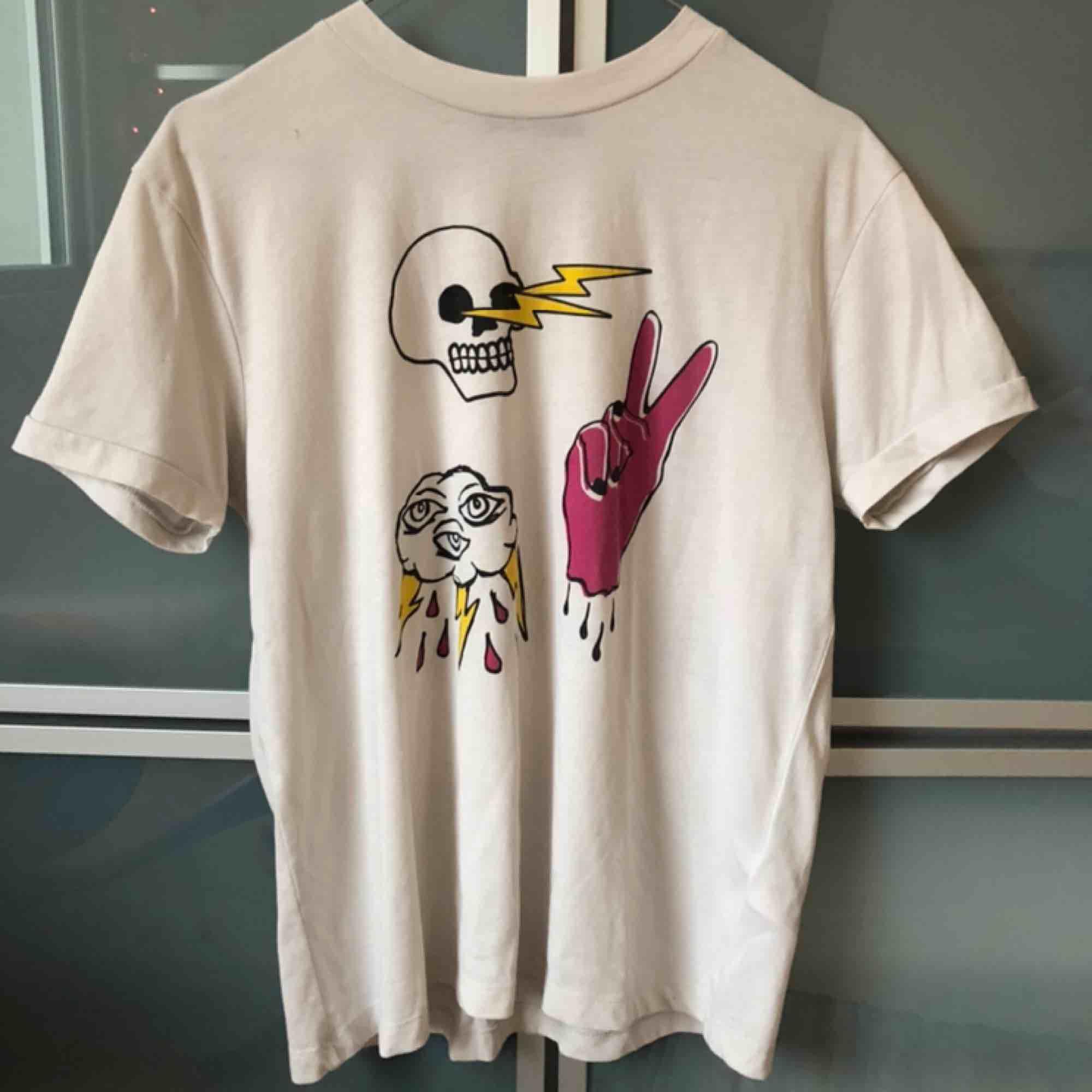 T-shirt från tiger of sweden💕köparen står för frakten. T-shirts.
