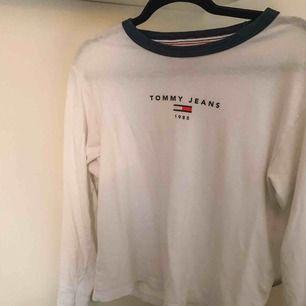 Fin basic långärmad tröja från Tommy Hilfiger. I fint skick och frakten ingår 😍