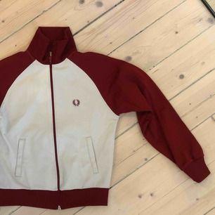 Zip-hoodie från Fred Perry. Vit/röd