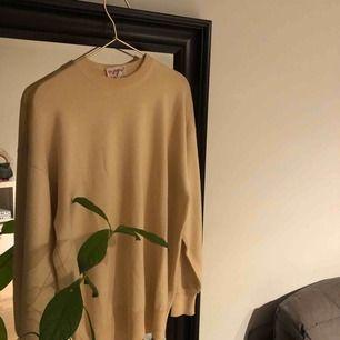 Så fin tröja köpt på humana för någon månad sedan!  Säljer då den tyvärr inte passar mig perfekt.  Storleken är lite oklar men skulle nog säga att det är mellan M och L  Köparen står för ev fraktkostnad.