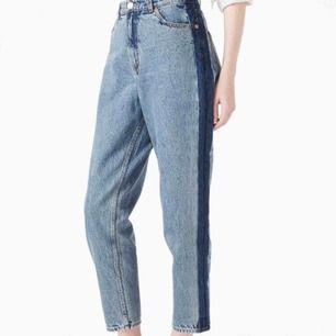 Coola mom jeans från Monki med mörk rand på båda sidorna🥰storlek 31 i midjan, passar en medium, jag är 170 cm❤️ #monki #mom #momjeans