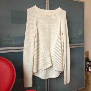 Stickad vit tröja. Passar med mycket. Funkar nu på vinter men också skön en sommarkväll💁♀️