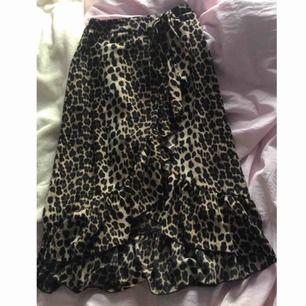Populära kjolen med leopard mönster samt knytning i midjan, köpt i höstas men bara legat i garderoben. Frakt kostar ca 30kr. Nypris är ca 300kr