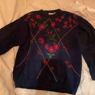 Såå charmig och snygg stickad tröja från Twilfit. Mjuk och fin med en marinblå botten. Blommorna är broderade. 💘 frakt tillkommer på 35kr🦋