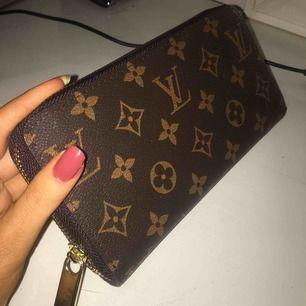 Säljer en jätte fin fake Louis vuitton plånkbok som tyvärr inte används! I jätte fint skick. Möts upp i Stockholm och fraktar.