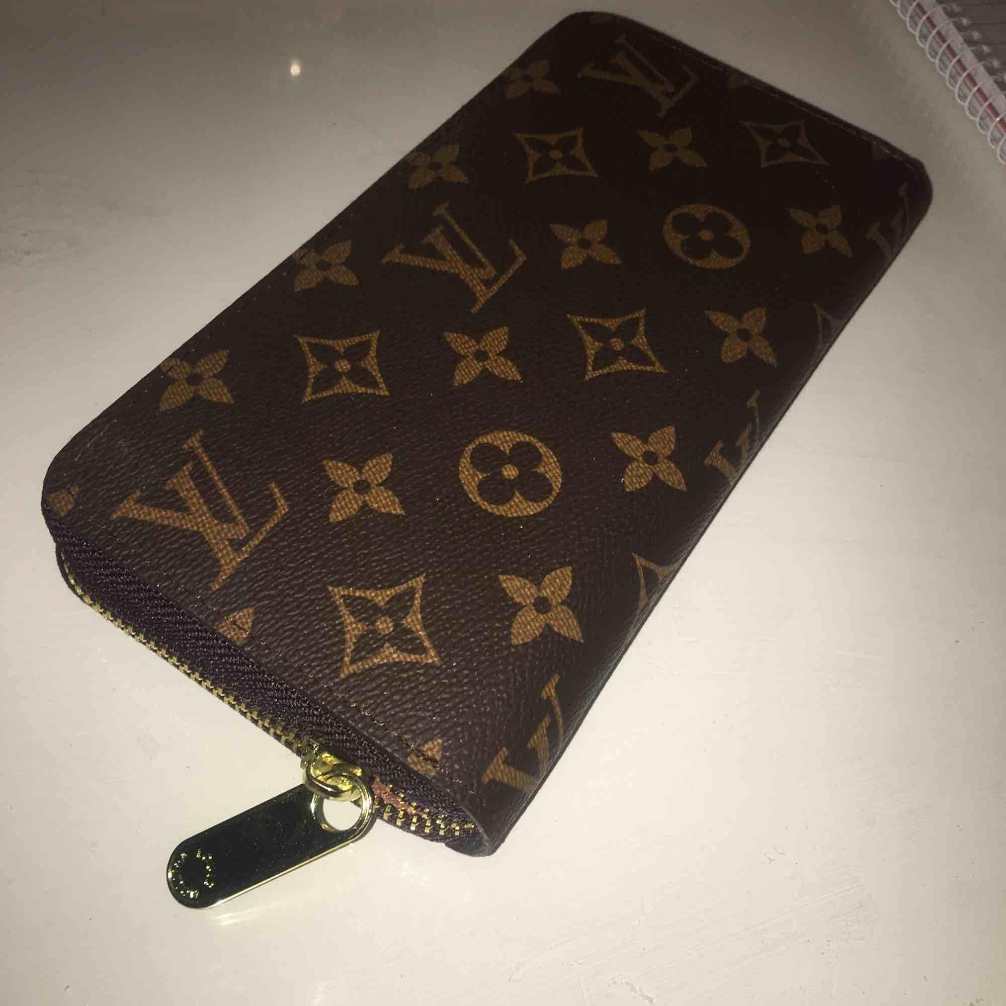 Säljer en jätte fin fake Louis vuitton plånkbok som tyvärr inte används! I jätte fint skick. Möts upp i Stockholm och fraktar. . Accessoarer.