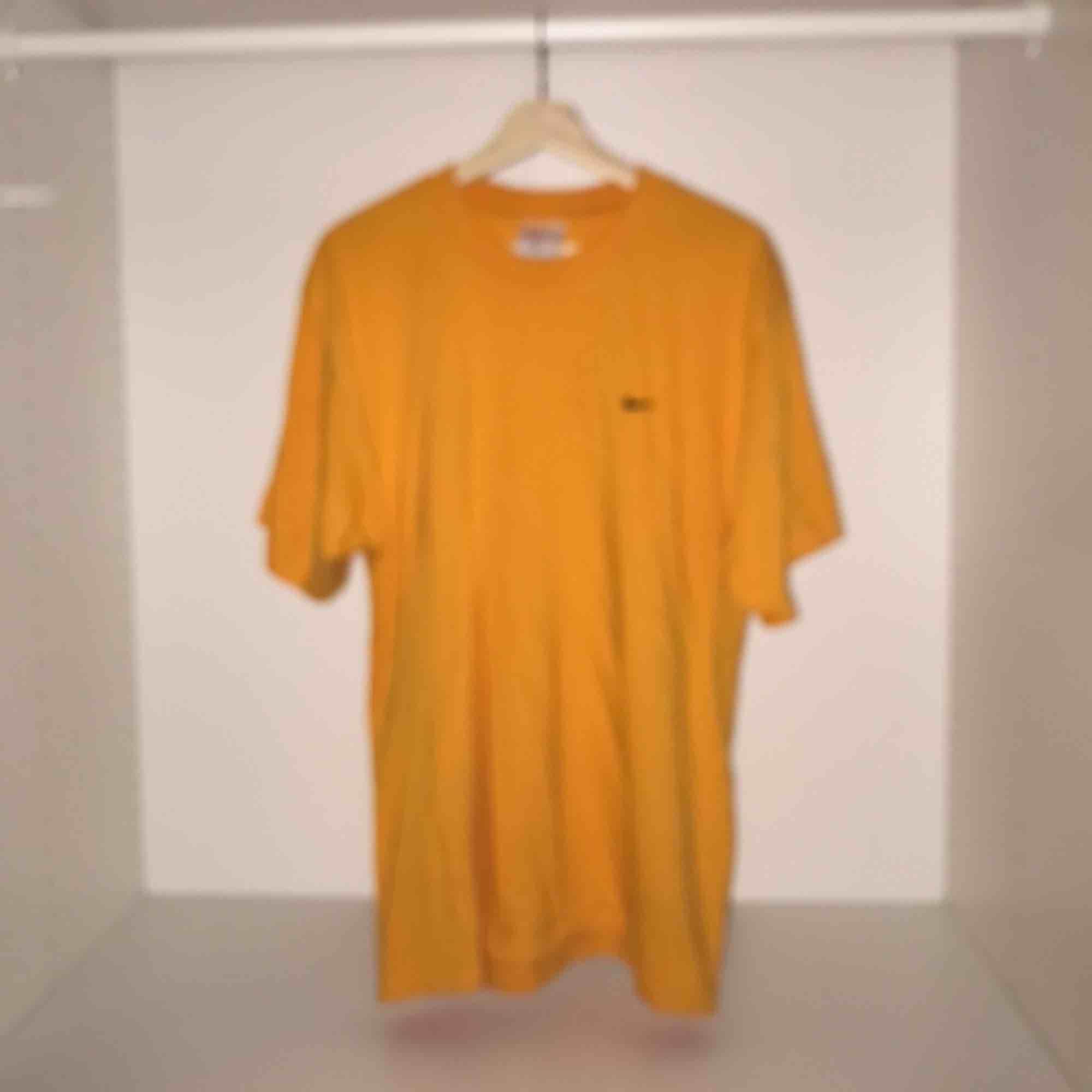 VINTAGE Nike gul t shirt  M på taggen men passar mer som Large Jättemjuk och skön tröja  . T-shirts.