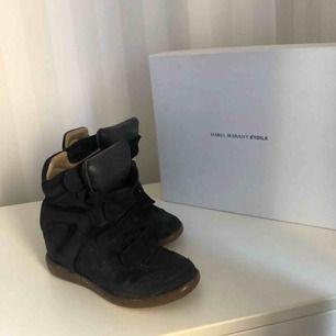 Säljer min kära Isabel Marant skor, sjukt snygga och passar till iprincip allt. Pris kan diskuteras vid snabb affär. Skolådan och dustbagen tillkommer.