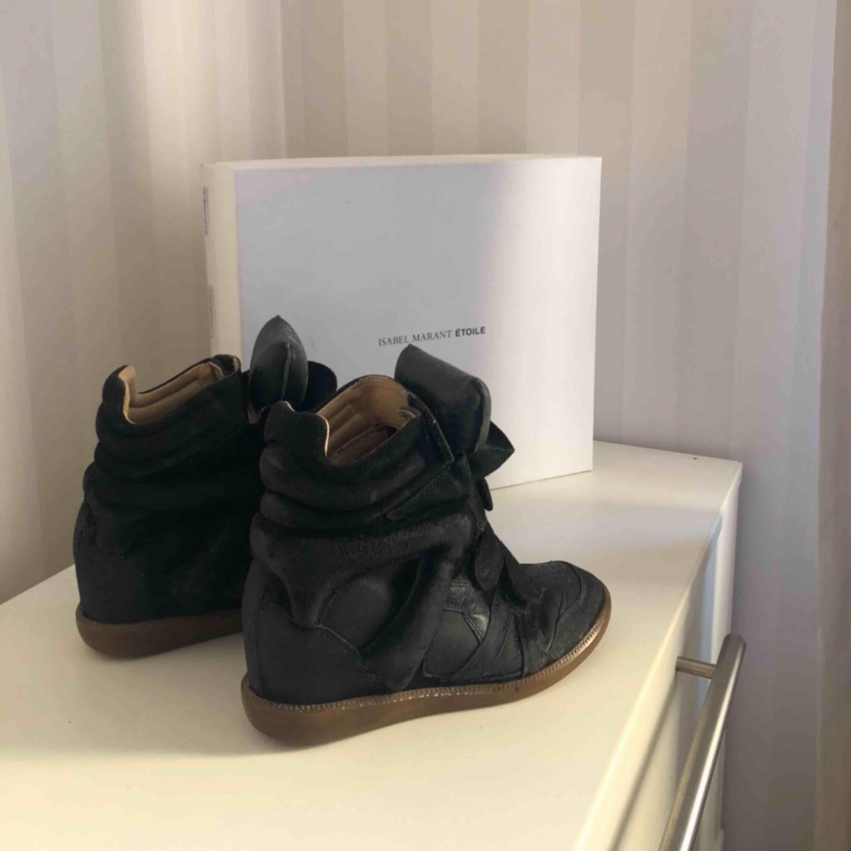 Säljer min kära Isabel Marant skor, sjukt snygga och passar till iprincip allt. Pris kan diskuteras vid snabb affär. Skolådan och dustbagen tillkommer.. Skor.