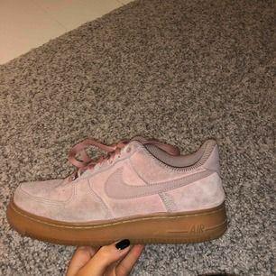 Jätte fina Nike air skor i fint skick!!!💖 ljus rosa ish i sammet, säljs för använder inte längre!! Köparen står för frakten!