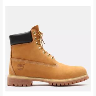 Säljer mina supersnygga timberlands pågrund av att jag har köpt nya skor och vill ej ha kvar dem här för jag vill inte att dem ska skräpa på sidan. Säljer dem så någon kan använda dem Och ha nytta för dem. Köpt kanske för 2 år sedan har inte använt dem hela tiden bara då och då. Priset kan diskuteras och det är låg intresse. Dem har inte några märken eller något,dem är som nya. 38 passar för tjejer och killar som har storlek 37 jag har strl 36 och demhär är bra, killen k butiken sa att om skorna är för tajta då kommer skön inte behålla värmen och större är bättre.