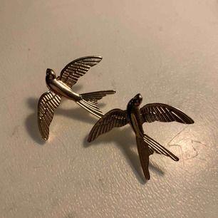 As balla fågel örhängen från Axel Arigato i guld. Fett coola att fixa till en outfit med!!! Aldrig använda så dem är helt fräscha:) köpt för 499