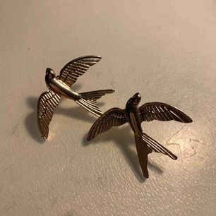 As balla fågelörhängen från Axel Arigato i guld. Fett coola att fixa till en outfit med!!! Aldrig använda så dem är helt fräscha:) köpt för 399