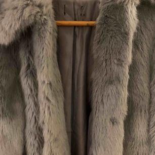 Jättevarm och skön grå pälsjacka från topshop. Använd fåtal gånger! Storlek XS-S Nypris runt 400-500kr