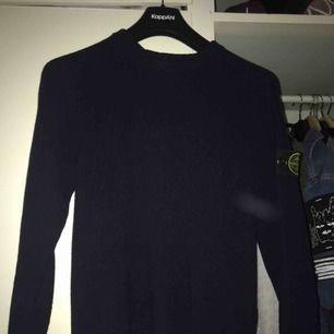 Stone Island stickad tröja i mörkblått. Denna är använd men har hållit sig väldigt bra, inga fläckar eller något sånt!