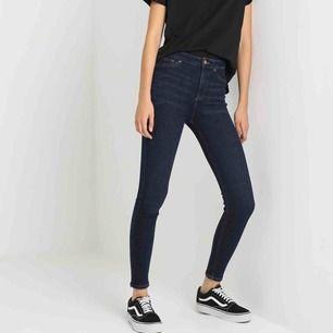 Mörkblå högmidjade jeans i storlek 38, vilket motsvarar jeansstorlek 28. Frakt 50 kr