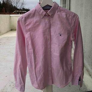 Säljer skjorta från Gant pga att den inte används. Fint skick! Frakt tillkommer💕