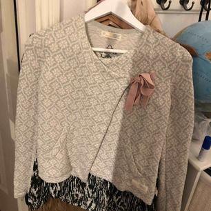 Skiiitfin kofta från Odd Molly!😍asså ääälskar den, tycker den är så söt och fin men dessvärre kommer den aldrig till användning och då jag har för mycket kläder tänkte jag försöka sälja den.🥺Frakt tillkommer💕