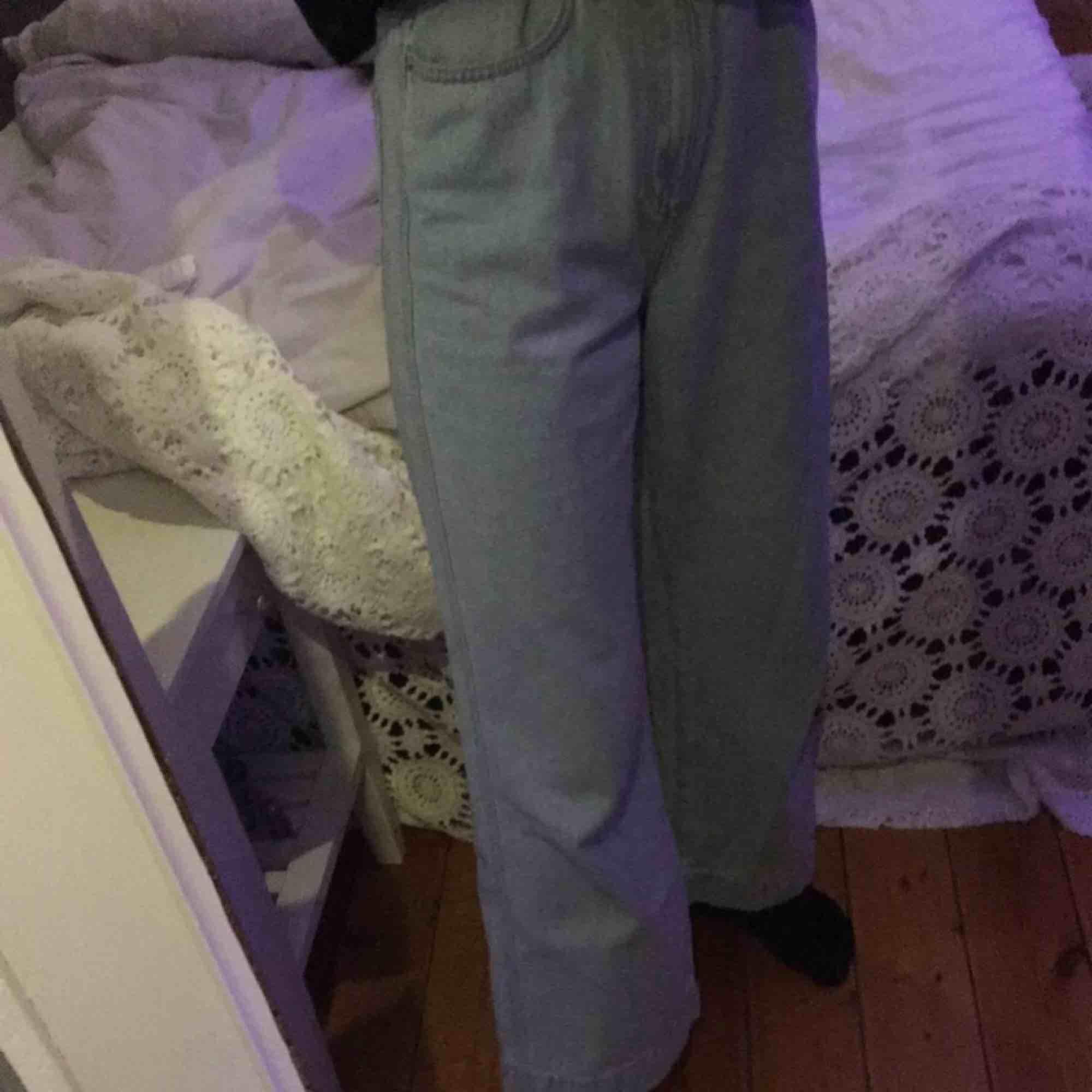 skitsnygga jeans från weekday i modellen veer high wide!! De är för stora i midjan på mig men funkar jättebra om jag använder ett skärp. Har använts några gånger, men syns knappt. Nypris 500kr och frakt ingår!!. Jeans & Byxor.