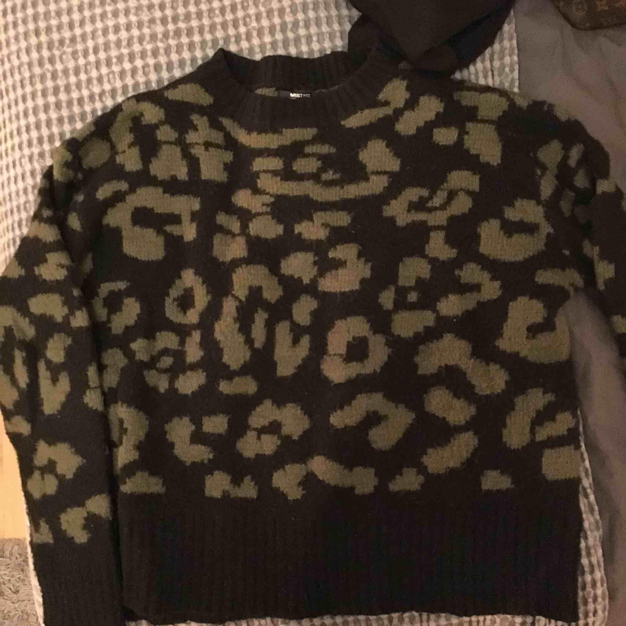 Säljer en så fin stickad tröja, den är i leopard mönster med med grön och svart👍🏽 har använts typ 3 gånger och den är super skön💕. Stickat.
