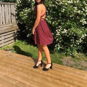 Balklänning i storlek S, vinröd färg, endast använd en gång på balen.