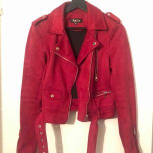 Röd jacka i strechigt material.  Storlek M Använd fåtal gånger.   Köparen står för frakten.