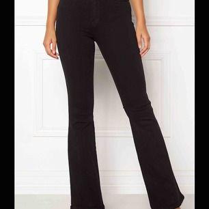 Svarta bootcut jeans ifrån Salt! Storlek S/30 men skulle nog säga de passar en Xs bättre nu😊 Är i bra skick men använda.
