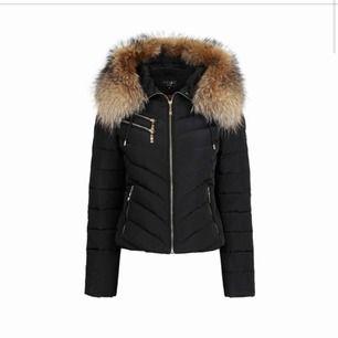 Säljer snygg kort hollies jacka som är i mycket bra skick. Dragkedjan är trasig men går hur bra som helst att laga enkelt och billigt. Ordniariepris 3500.