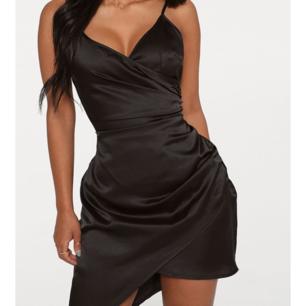 Svart wrap satin klänning från prettylittlething. Storlek 8