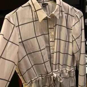 Fin vit skjorta i silke med snöre i midjan!  Använd endast 1 gång!  Frakt inkluderat i priset✨