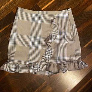 Min favvo kjol men som tyvärr är lite fört kort för mig nu!  Blå rutig med volang nertill! Dragkedjan i sidan!   Frakt inkluderad i priset✨