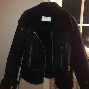 Blå/svart jacka, knappt använd