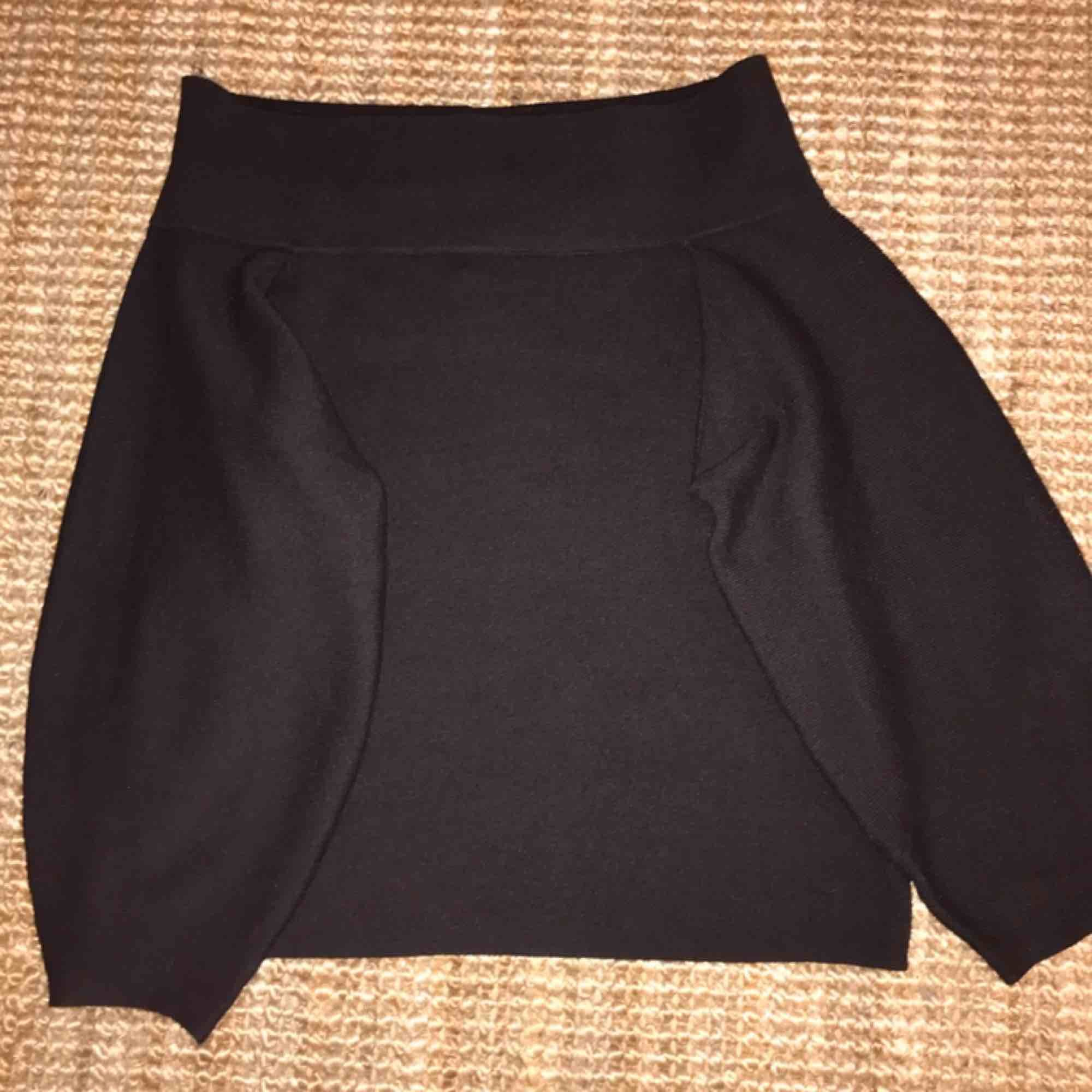 Superfin och feminin off-shoulder tröja i svart!nästan helt oanvänd! Tröjan har vida armar men som går ihop längst ut, materialet är varmt och skönt💕 obs: färgen på bilden är lite missvisande, plagget är helt svart i verkligheten:). Tröjor & Koftor.