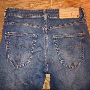 Fina ljusblå smala jeans från tiger of Sweden i lagom stretchigt material, köpta för 1200