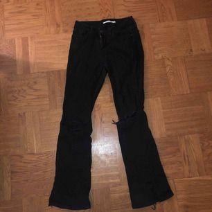 Levis jeans med slitningar och slits nertill och hål på båda knäna, bootcut modell