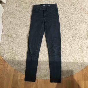 Supersköna mörkblå jeans från Cubus! Mina första riktigt bra jeans som nu är alldeles för små! Sitter så otroligt fint och köptes för 300 kr, meddela vid intresse!
