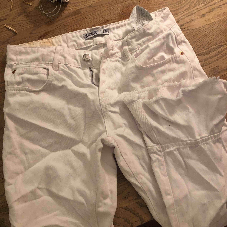 Ankellånga vita jeans med fina volanger nedtill. Jeans & Byxor.