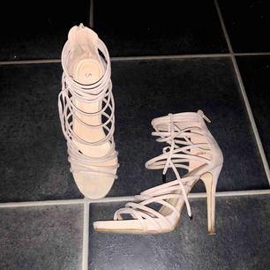 Simmi shoes som är använda bara några timmar en dag, så de är som nya! Orginalpris ligger på över 500 kr, säljer de för ett pris som är mer än 50% billigare.