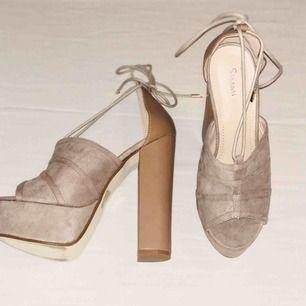 Simmi shoes som aldrig är använda, orginalpris ligger på 500 kr. Säljer de för 200 kr. Klacken är 11-12 cm hög.