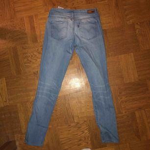 Tajta stretchiga Levis jeans, inga märkbara slitningar
