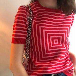 Säljer denna urcoola tröja! Säljer då den inte kommer till användning. Passar perfekt med typ ett vit söt kjol eller nått:) endast använd ca 3 gånger så i nästan nyskick! Frakten är inte inkluderad i priset. Skriv för bilder/info:)))